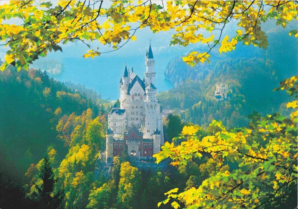 紅葉に木々に囲まれたノイスヴァンシュタイン城