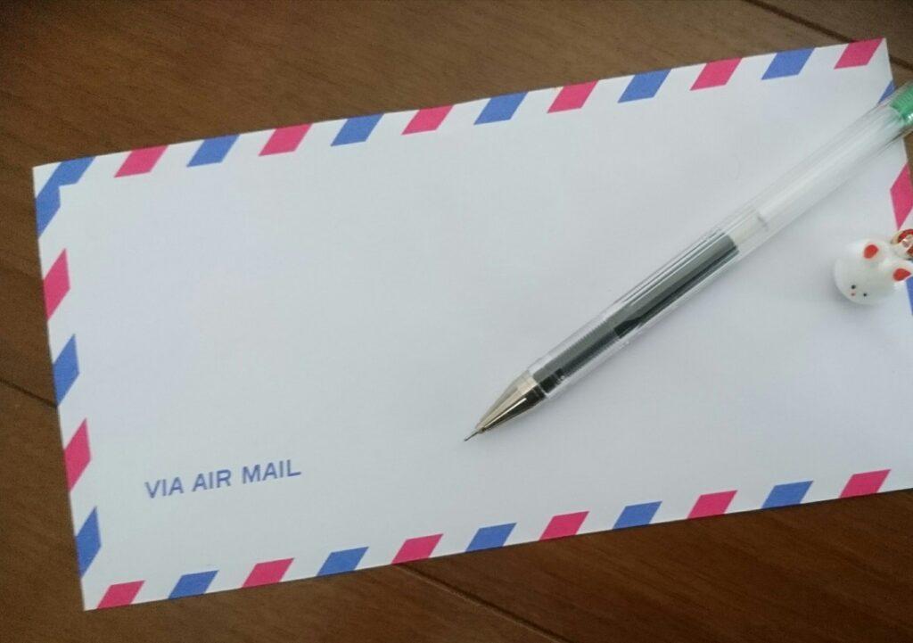 ペンとエアメール封筒