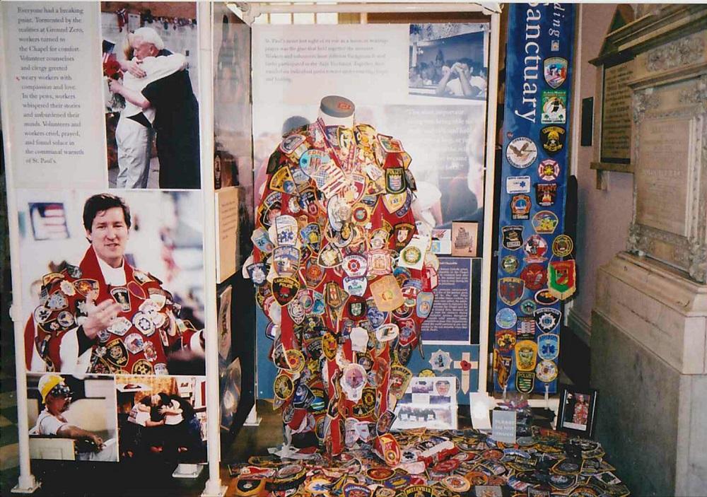 911の犠牲者を追悼するたくさんのエンブレム